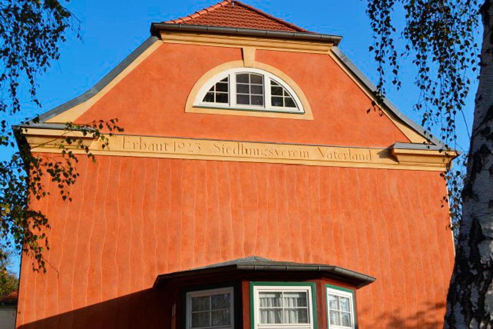 Haus mit farbigen Sanden