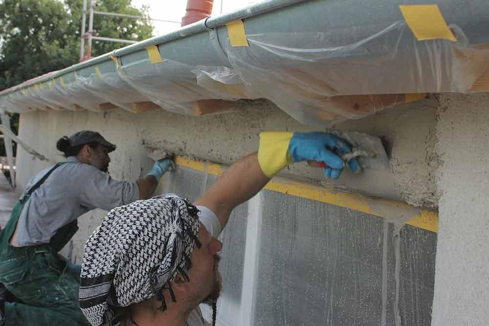 Fensterrahmen werden mit Kalk geputzt