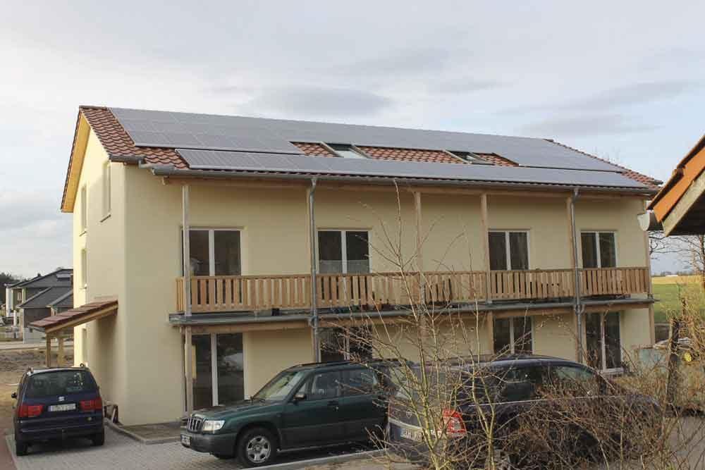 Strohhaus mit Photovoltaik