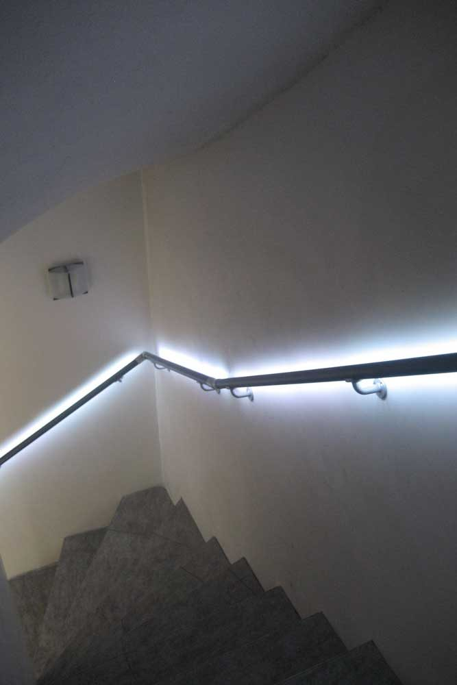 Treppenabgang mit beleuchtetem Handlauf