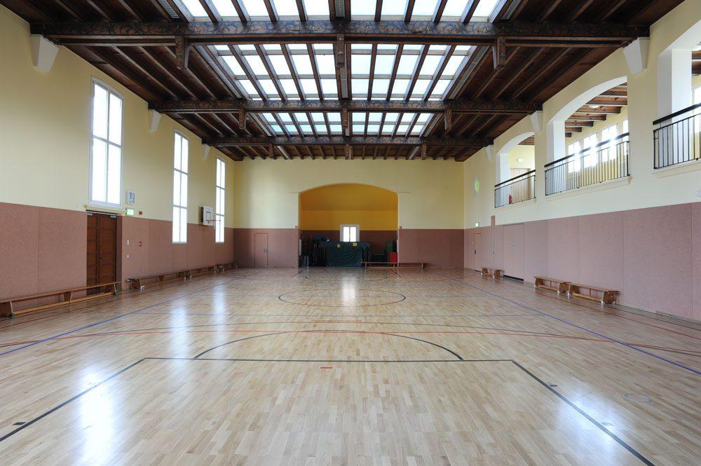 Turnhalle mit Dachoberlichtsystem