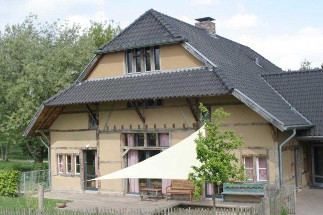 Altbau mit Fassade aus Lehm