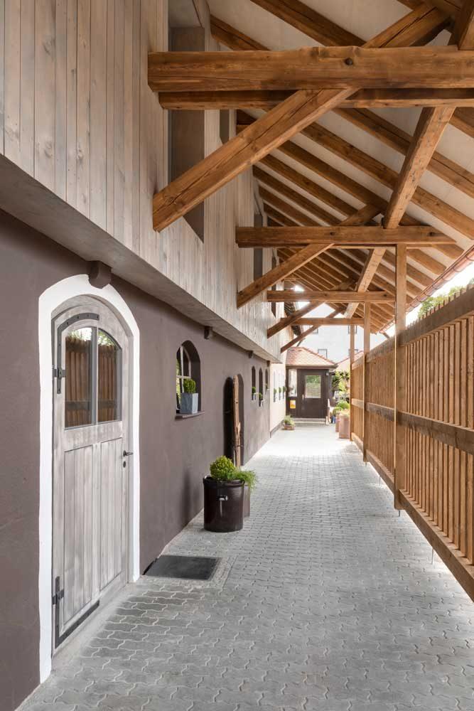 Bedachter Zugang zum Haupthaus