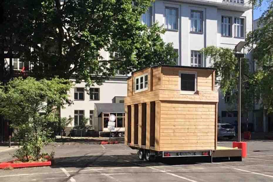 Tiny House auf Parkplatz