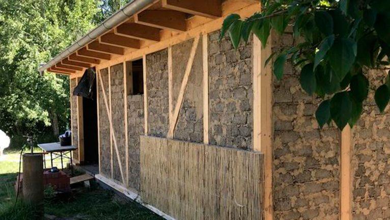 Naturunterrichtsgebäude mit Reetplatten